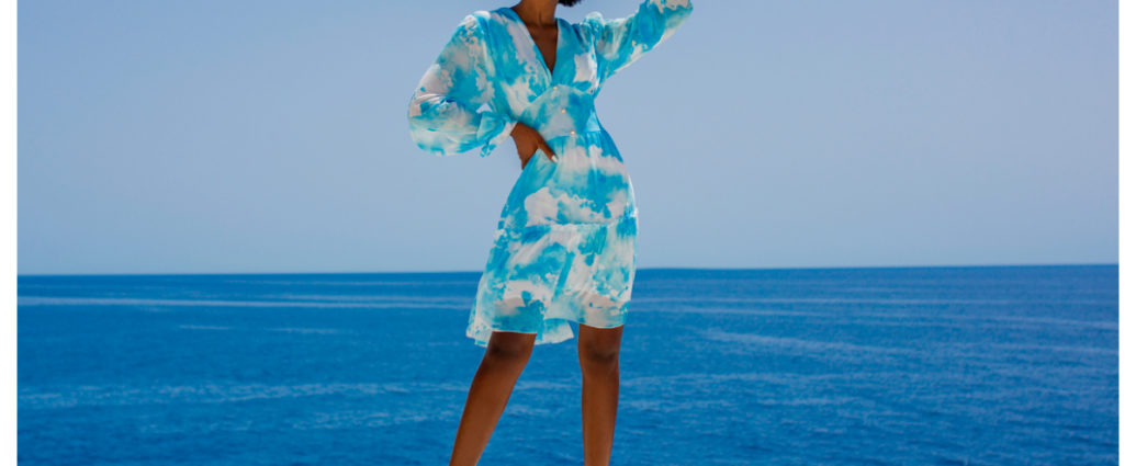 Zwiewna sukienka w kolorze biało-niebieski z długimi rękawami