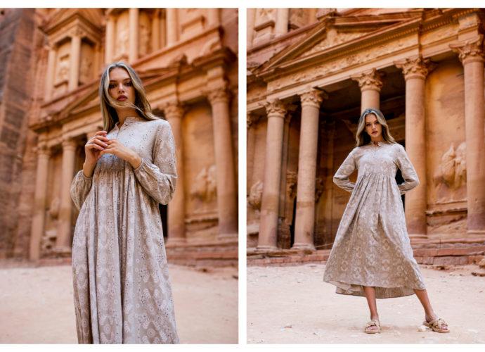 Ażurowa długa sukienka w kolorze beżowym z długimi rękawami