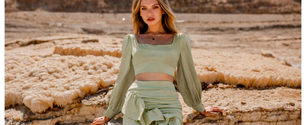 Total look składający się ze spódnicy z falbaną i bluzki z długim rękawem